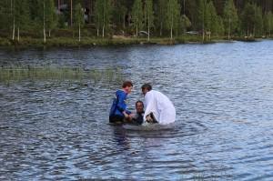 Ledar-Martin döps av Prästen Dan och Ledar-Mackan