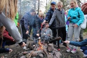 Grillning i den varma elden där många passade på att värma sig lite.