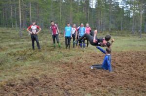 Emil hoppar (kanske högst av alla) höjdhopp!