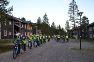 Cykling på väg till brantaste backen Väggen, vid Hundfjället.